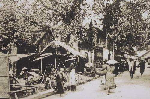 010.Người đi chợ thường cắp ở bên hông chiếc rổ, rá hoặc thúng nhỏ đan bằng tre, nếu nhiều hàng hóa quá thì đội lên đầu.
