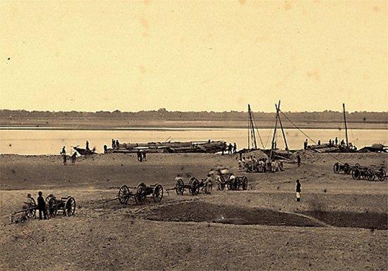 010.Pháo binh Pháp đang vượt qua sông Ðà để tiến về Hưng-Hóa