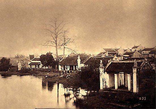 010.Trại lính tập bên bờ hồ Hoàn Kiếm