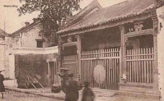 Hội quán Quảng Đông (Pagode de Cantonaise) - một kiến trúc tiêu biểu của văn hoá Trung Hoa trên phố Hàng Buồm. Hội quán được dựng dưới thời Tây Sơn, năm 1801, trước Hội Quán ở Hội An 74 năm. Thời gian đầu, người Pháp chưa xây dựng những công trình kiến trúc, Hội Quán được sử dụng làm chỗ hội họp, tiếp tân khi có đại lễ.