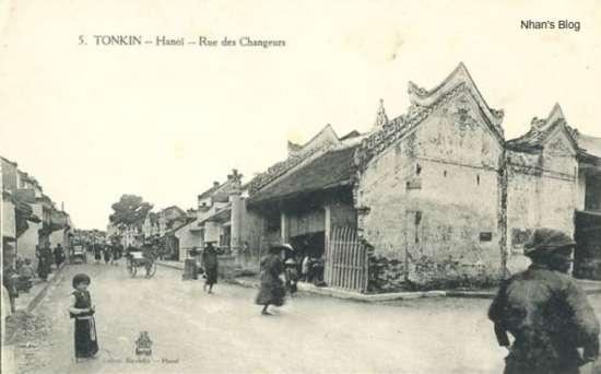 """Ngã ba Hàng Bạc và Mã Mây. Đền Dũng Thọ rộng khoảng 2,5m, cao 2m, xây theo lối chồng diêm 8 mái, cong ở hai bên. Trên đầu mái có đắp nổi hai đầu thuỷ quái Macara chầu vào giữa, mái lợp bằng ngói ống. Trên cổng có đắp 3 chữ Hán """"Dũng Thọ từ"""". Các bức ảnh sau năm 1906 cho thấy cây cột và một phần tường giáp phố Mã Mây bị phá hỏng."""