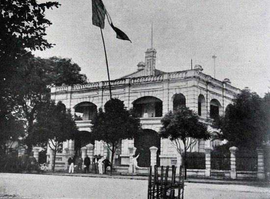 Các nhân viên người Pháp đứng trước Tòa Thị chính Hà Nội (vị trí góc đường Đinh Tiên Hoàng - Lê Lai ngày nay).