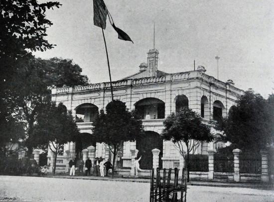 010a.Tòa Thị chính Hà Nội và các nhân viên người Âu. Vị trí góc đường Đinh Tiên Hoàng – Lê Lai ngày nay (khoảng 1900)