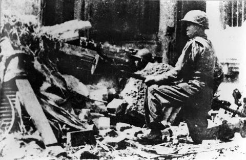 011.Bom ba càng- quyết tử quân Thủ đô dùng chống xe tăng Pháp trong những ngầy đầu Toàn quốc kháng chiến, 12-1946