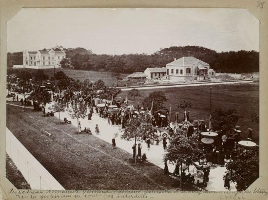 011.Đám rước của người An Nam đi dọc theo đại lộ Gambetta [nay là Trần Hưng Đạo] và hướng tới Vườn bách thảo. .