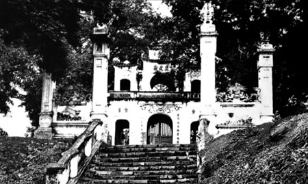 011.Cổng và tam quan đền Quán Thánh (Huyền Thiên Trấn Vũ), đường Cổ Ngư(Ảnh chụp năm 1920)