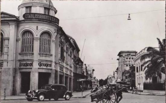 Rất gần thời điểm 1945. Vẻ mỹ miều bắt mắt của một trung tâm thương mại được thay thế bằng vẻ hầm hố có phần lem luốc của một xưởng thợ.
