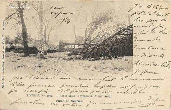 1009. Cây cối và trạm nghỉ chân góc hồ Hoàn Kiếm cạnh Quảng trường Đông Kinh Nghĩa Thục (Place Nigrier) đổ ngổn ngang