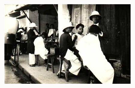 012.Hàng cắt tóc dạo trên đường Hà Nội
