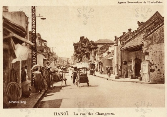 Bức ảnh trên chính là ảnh gốc của bưu thiếp này. Việc xén bớt một phần bức ảnh tạo cho nó một không khí thuần Việt hơn.