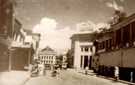 Những năm 30 trào lưu kiến trúc theo phong cách Art Deco mở đầu bằng việc xây dựng lại khách sạn Terninus (ngày nay là nhà thông tin - triển lãm 93 Đinh Tiên Hoàng) lan ra khắp phố. Các ngôi nhà được xây lại hoặc sửa mặt tiền cho phù hợp xu thế chung. Khách sạn Hà Nội lúc này bị thu hẹp lại, phần diện tích ở góc phố mọc lên Ngân hàng Pháp – Hoa. NXB Schneider chuyển đổi thành hiệu sách MAG CHAF.