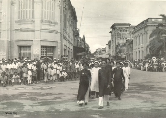 Cùng một góc chụp, ngày 16.09.1945. Người dân Hà Nội hưởng ửng Tuần Lễ Vàng  ủng hộ cho ngân khố quốc gia. Dấu vết của nước Pháp được xóa bỏ khỏi các tòa nhà