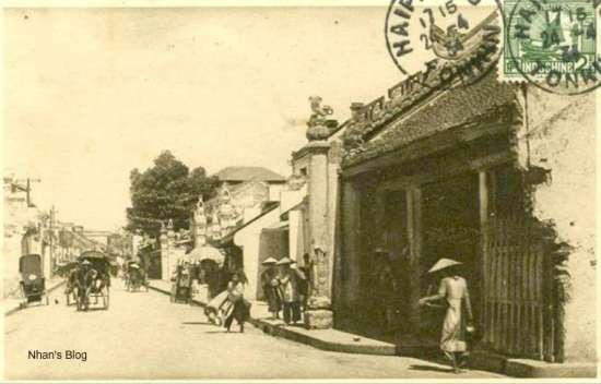 Cũng như ba bức trước, bức ảnh này cho thấy phần dưới cây cột bên trái đền Dũng Thọ cũng bị hư hỏng