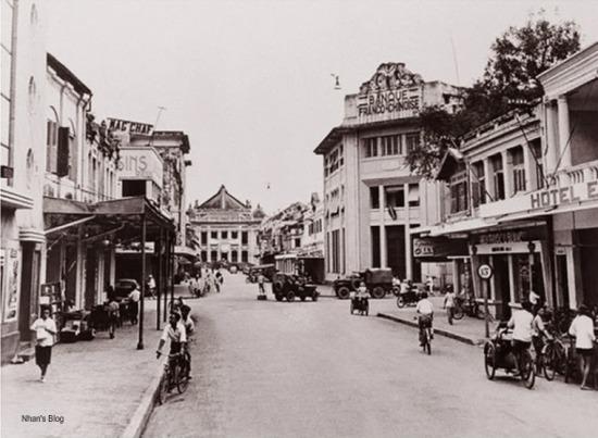 Ngã tư Tràng Tiền – Ngô Quyền những năm 50. Bìa trái ảnh là một phần Cinema Palace (thời kì này là rạp Eden) với những khối vuông và ô tròn trên mặt tiền. Tầng một các ngôi nhà Hotel et Café de la Paix, hiệu thuốc J. Blanc có sửa sang cho hiện đại hơn, nhưng vẫn giữ dáng dấp ban đầu. Ngôi nhà trước đây là tiệm ảnh của P. Dieulefils không rõ kinh doanh gì bởi sau năm 1913 P. Dieulefils trở về Pháp, giao tiệm ảnh này cho người khác quản lý. Tuy về sau, ông có quay lại Đông Dương để sáng tác, nhưng chủ yếu sống tại quê nhà Malestroit và mất vào năm 1937.