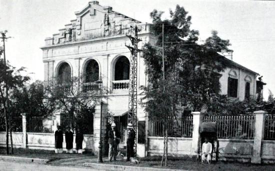 Nhà Chung - tổ chức kinh doanh của xứ đạo Công giáo do người Pháp điều hành ở Hà Nội, nơi quản lý những tài sản của nhà thờ như ruộng đất, nhà cửa... Đây là xuất xứ tên gọi phố Nhà Chung ngày nay.