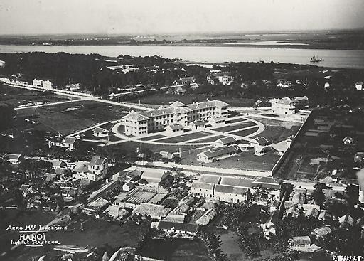 Sông Hồng nhìn từ Viện Pasteur (Institut Pasteur) Hà Nội do kiến trúc sư Roger Gaston thiết kế năm 1926 là một trong bốn viện nghiên cứu vi trùng học ở Đông Dương thuộc viện Pasteur Paris.