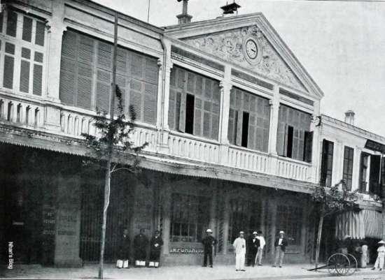 Chùm chuông đã có từ khi tòa nhà này là Phòng thông tin du lịch Bắc Bộ (Le Comptoir Français du Tonkin) . Ảnh lấy từ loạt ảnh Le Tonkin en 1900 của Dubois chụp cuối thế kỉ XIX đầu thế kỉ XX.