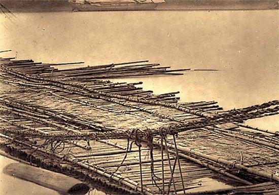 015.Cầu nổi bằng tre mà quân Pháp dùng để qua sông Ðà