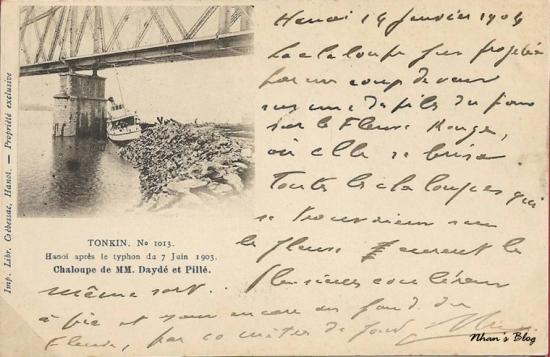 1013. Tàu của hãng MM. Dayde & Pille thiết kế và thi công cầu Doumer (cầu Long Biên) bị bão đánh dạt vào chân cầu