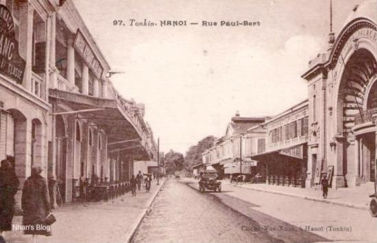 Thập niên 20, khi rạp Palace được xây dựng, hiệu thuốc trung tâm vẫn mang dáng cũ.