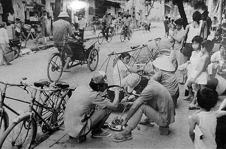 016.Những gánh hàng rong bán cơm bụi, đồ ăn vặt trên các con phố Hà Nội thời bao cấp