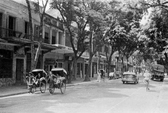 1940- cảnh đường phố với các cửa hàng và xe kéo ở Hà Nội
