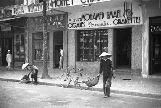 Biển hiệu của cửa hàng trên phố hàng Khay