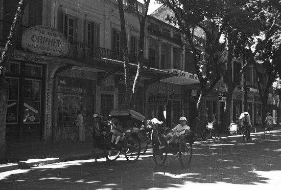 Cảnh phố Hàng Khay nhìn từ góc bán hoa xưa-ngã tư Đinh Tiên Hoàng-Hàng Khay ngày nay.