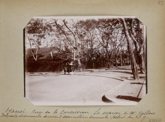 017.Phố Nhượng địa. Nhà ông Gallois, cửa vào khuất phía sau 3 họa viên người An Nam từ Sở địa dư đi ra.