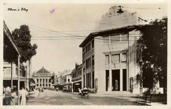 Khối nhà của KS Hà Nội giáp phố Nguyễn Khắc Cần vẫn giữ nguyên hình dáng ban đầu. NXB F.H Schneider thay đổi phần tầng trệt khi chuyển thành cửa hàng bách hóa Magasins Chaffanjon