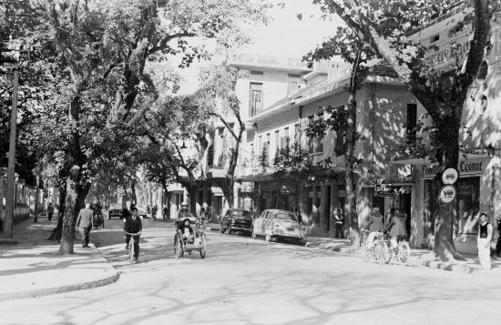 1940 street scene in business district of Hanoi-phố Tràng Thi ngày nay, đối diện thư viện Quốc Gia.