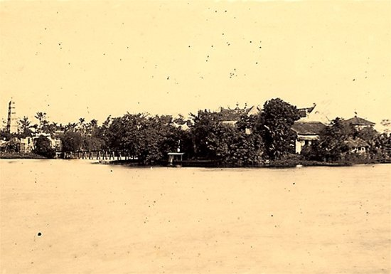 020.Bờ hồ Hoàn Kiếm