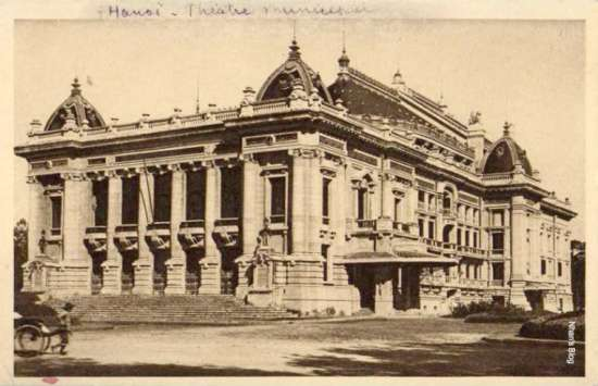Với 870 chỗ ngồi, Nhà hát Lớn Hà Nội là một công trình mang quy mô rất lớn nếu so với dân số Hà Nội khi đó. Đây cũng là địa điểm biểu diễn lý tưởng cho các đoàn kịch, ban nhạc từ Pháp và châu Âu tới lưu diễn