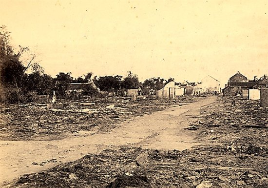 021.Cảnh điêu tàn của đường phố Hưng-Hóa sau cuộc chiến