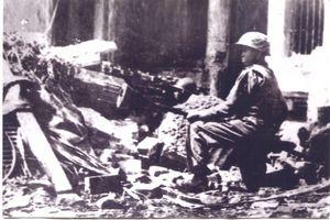 021.Hình ảnh chàng trai Vệ quốc đoàn Liên khu I ôm bom ba càng lao vào xe tăng địch năm 1946