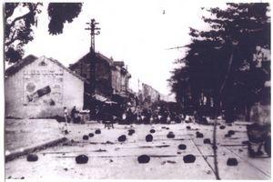 021.Hình ảnh quân dân Hà Nội phá đường, lập trận địa mìn, dựng chướng ngại vật trên đường phố để chặn đánh địch, năm 1946