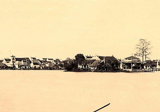 021.Thành phố Hà Nội nhìn từ hồ Hoàn Kiếm