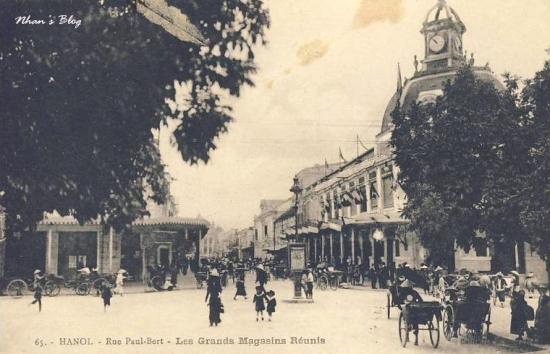 Con phố thương mại này cũng là nơi diễn ra các hoạt động như lễ hội carnaval hay đua xe đạp. Cờ xí tung bay trên các tòa nhà làm tăng thêm không khí tươi vui của buổi sáng ngày hộ. Dòng lưu bút trên ảnh ghi ngày 30.09.1914.