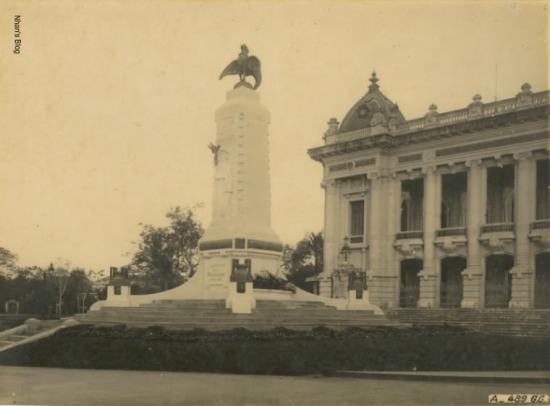 Sau Đại chiến I một tượng đài được dựng trên quảng trường trước Nhà hát lớn. Tuy nhiên, do ít giá trị thẩm mỹ, và làm vướng mặt tiền nhà hát nên nó bị dẹp bỏ. Thời gian tồn tại của tượng đài này rất ngắn, bằng chứng cho điều này rất hiếm gặp hình ảnh tượng đài này trong vô số các bức ảnh chụp phố Tràng Tiền.