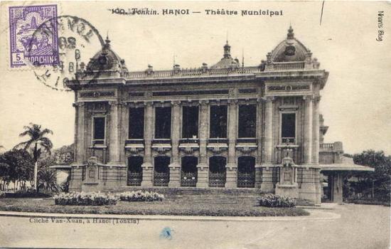 Những cây cau vua trồng thay thế trong khuôn viên nhà hát tồn tại đến ngày nay