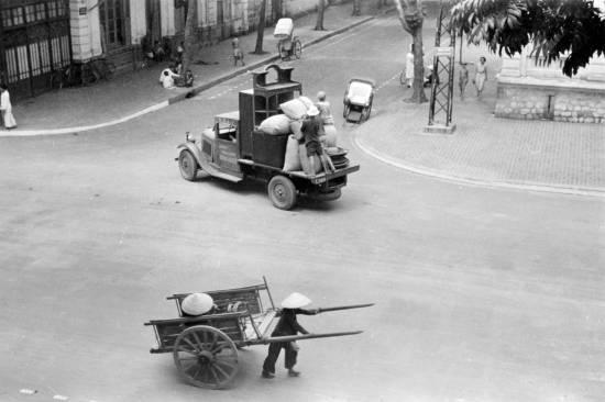 HANOI 1940 - Street scene-Cảnh quan đường phố, chở đồ sơ tán.