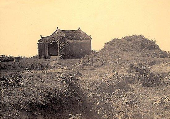 024.Một ngôi đền thờ người sáng lập ra làng