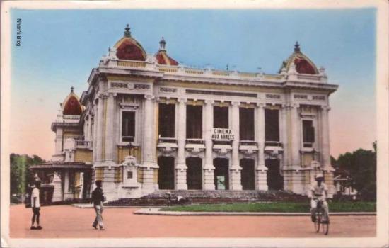Dòng chữ NHÀ HÁT LỚN HÀ NỘI đã thay cho THEATRE MUNICIPAL trên mặt tiền nhà hát
