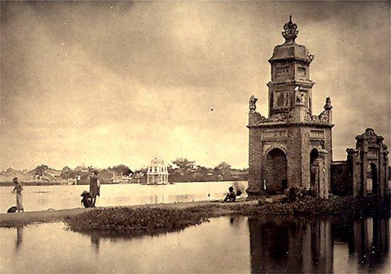 026.Một cái tháp của chùa Bảo-Ân bên bờ hồ Hoàn-Kiếm