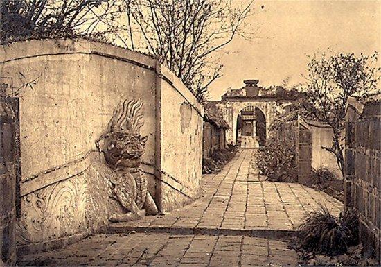027.Lối vào đền Ngọc-Sơn bên bờ hồ Hoàn-Kiêm
