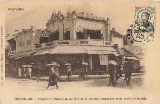 """Chú thích trên ảnh""""Đình Phung Lu ở góc phố Hàng Bạc và Hàng Đào"""". Dòng tiếng Hoa trên ban công tầng hai đã bị xoá."""