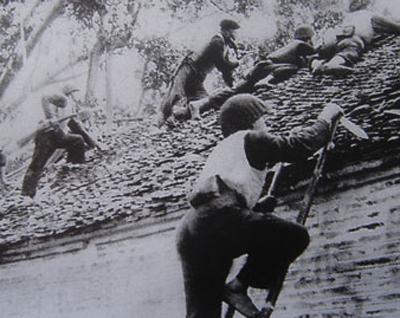 030.Lực lượng vũ trang Thủ đô chiến đấu bảo vệ Thủ đô Hà Nội tháng 12-1946. Ảnh tư liệu