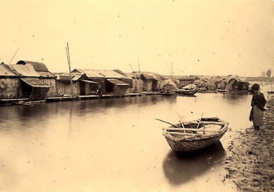 030.Một làng nổi trên dòng sông Claire