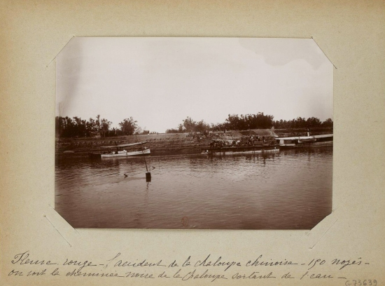 030.Sông Hồng, tai nạn tàu đò của người Hoa, 150 người chết  - Ống khói màu đen của tàu còn nhìn thấy nhô lên khỏi mặt nước