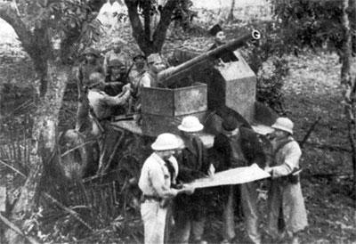 031.Một khẩu đội pháo tại trận địa pháo đài Láng tháng 12-1946. Ảnh tư liệu.